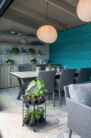 modernes esszimmer mit blauer tapete im bild kaufen