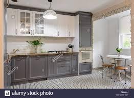 moderne graue und weiße küche aus holz innen stockfotografie