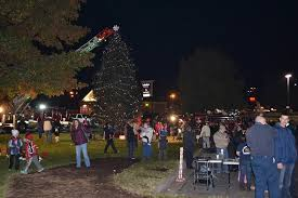 Last Years Pasadena Tree Lighting Ceremony Attracted Hundreds Of Local Residents All Ages This