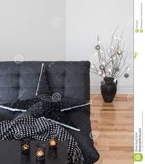 leuchten und kerzen die das wohnzimmer verzieren stockfoto