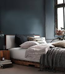 View In Gallery Winter Bedroom Decorating Idea With Pallet Bed