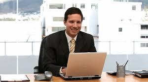 homme d affaires ordinateur portable bureau hd stock