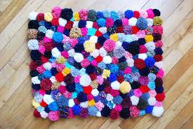 tapis a faire soi meme diy faire tapis de pompons