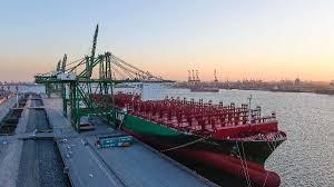 le plus grand porte conteneurs du monde dans le port de tianjin