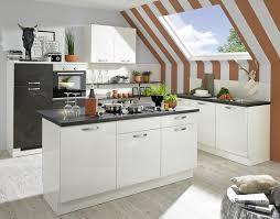 kleine moderne küche mit viel stauraum unter der dachschräge