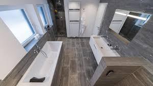 022 preisgekroentes badezimmer mit stein aus valser quarzit