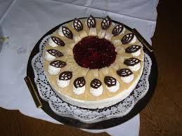 mohn marzipan torte mit bananen und preiselbeeren