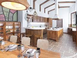 moderne küche und esszimmer auf dem dachboden küchenmöbel aus massivholz hohe decken mit sichtbaren balken keramische fliesen und platten auf dem
