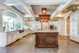 atemberaubende küche raumgestaltung mit großen bar stil insel stockfoto und mehr bilder architektur