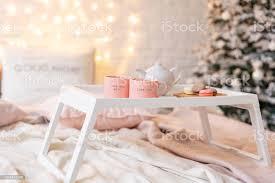 frühstück im bett tablett mit kaffee und makronen moderne schlafzimmer innenraum romantische morgen überraschen stockfoto und mehr bilder baum