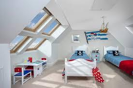 chambre bébé mansardée déco chambre enfant 50 idées cool pour enjoliver les murs