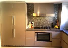 cocina SANTOS modelo LINE en acabado 128 gris arena con una