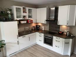 weiße küche mit holzoptik arbeitsplatte