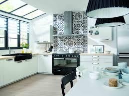 credence cuisine noir et blanc cuisine moderne et blanche avec crédence murale crédence