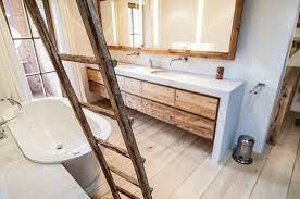 Interessane Gestaltung Eingelassene Badewanne Hölzerne Bretter Freistehende Badewanne Im Badezimmer Mit Altholz Bad