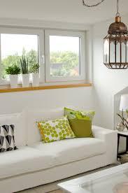 blick auf das wohnzimmer auf der galerie mit weißen ikea
