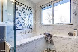 luxusbadezimmer mit marmor fliese surround stockfoto und mehr bilder architektur
