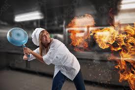 foto auf lager köchin macht sich sorgen weil die küche brennt