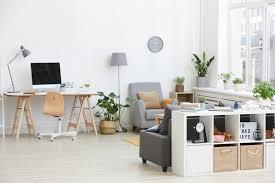 bild des wohnzimmers mit arbeitsplatz mit computer und