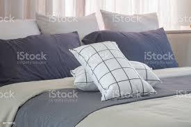 schwarz weißkissen auf dunkles grau bett läufer im schlafzimmer stockfoto und mehr bilder architektur