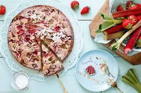 einfacher joghurtkuchen mit rhabarber erdbeeren