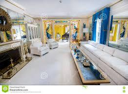 wohnzimmer an elvis presleys villa redaktionelles foto