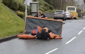déménager un canapé deux hommes complètement ivres essaient de se battre avec une pagaie