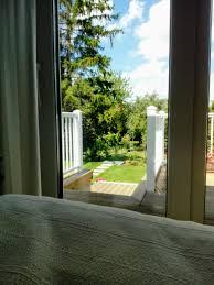 schlafzimmer mit ausblick garten frühling schl