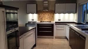 cuisine sur pied cuisine pied meuble cuisine avec jaune couleur pied meuble