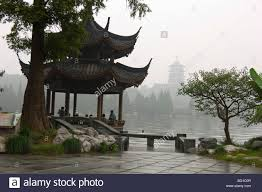 xihu qu 2018 avec photos hangzhou china pavilion on the lake on a rainy day with the