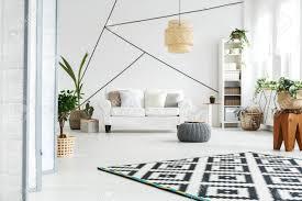 gemütliches und geräumiges weißes wohnzimmer mit vielen pflanzen