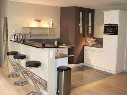 cadre cuisine comptoir de cuisine en bois grisâtre naturel comptoir lisse poli