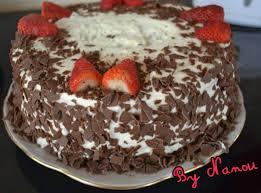 dessert avec creme fouettee gâteau à la crème pâtissière fraises et chantilly de
