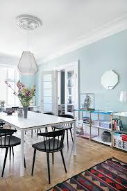 esszimmer mit hellblauen wänden in einer bild kaufen