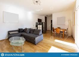 modernes wohnzimmer mit parkett und dunklem sofa stockfoto