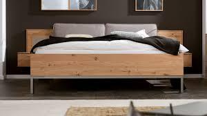 interliving schlafzimmer serie 1008 bettgestell mit nachtkonsolen und aufsätzen taupefarbene lackoberflächen balkeneich