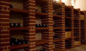 range bouteille en brique cave en brique creusée sous une maison des ées 80