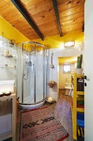 modernes bad mit holzdecke und bild kaufen 11077662