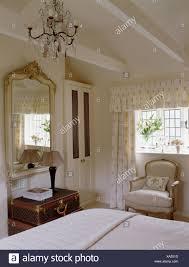 kronleuchter und apex decke in creme land schlafzimmer mit