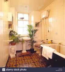 badezimmer creme holzgetäfelte wände decke fliesen roll top