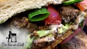 der balkan burger fastfood deluxe die frau am grill