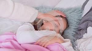 ein kleines mädchen schläft im bett sie hat eine erkältung