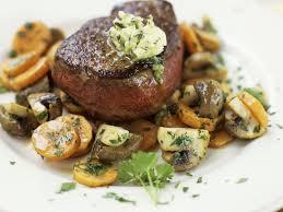 steak vom rind mit möhren und pilzen