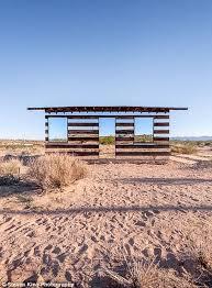 104 Mojave Desert Homes Mirrored House Facades Reflect The Beautiful Worlds Around Them California Mirror House Beach Cabin