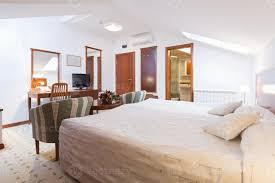 schlafzimmer interieur in loft wohnung 1142793 stock foto