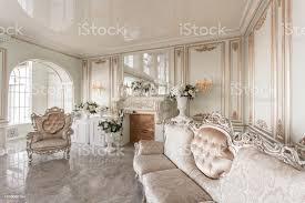 morgen in luxuriöse helle interieur im herrenhaus helle und saubere inneneinrichtung aus einem luxus wohnzimmer mit steinböden kamin sofa und sessel