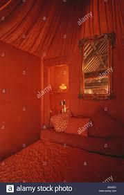 spiegel über dem bett in den siebziger jahren mit roten