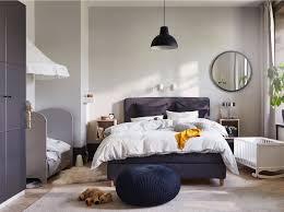 familienfreundliches schlafzimmer mit babybett in 2020