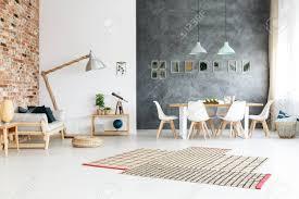 heller asymmetrischer teppich mit streifen am boden im raum mit abwechslungsreichen wänden