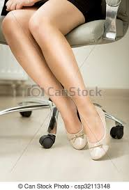 sous bureau bureau séance closeup jambes chaise femmes photo de